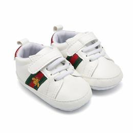 Sapatos de par on-line-Varejo 1 Par Esporte Sapatos de Bebê Recém-nascido Meninos Meninas Primeiro Walker Sapatos Infantis Sapatos Prewalker 44C