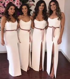 Vestidos de noiva de bainha de fita on-line-Lado Branco simples Divisão Da Dama de Honra Vestidos de Cintas de Espaguete Fita Bainha Da Empregada De Honra Vestido Desgaste Do Partido Barato Convidado Do Casamento Vestido
