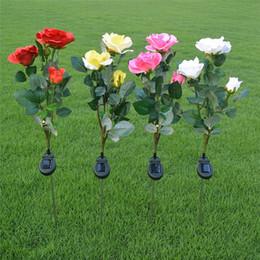 Luzes da noite rosa vermelha on-line-Solar powered rose flor conduziu a lâmpada ao ar livre 3 flores Vermelho Plink Branco Amarelo luz da noite festa de casamento do jardim caminho maneira decoração