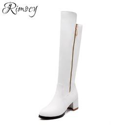 Chinelos de joelho branco planos on-line-Rimocy botas mujer 2018 botas altas do joelho senhoras moda sólida branco botas PU sapatos à prova d 'água mulher plataforma plana saltos botas