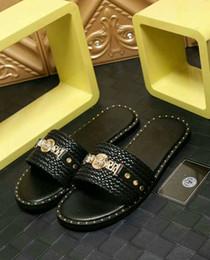 Sandalias y flip flops online-Hombres de la marca de moda cuero de vaca Chancletas con punta abierta Remaches sandalias sandalias, zapatos de playa de verano, zapatillas mocasines suaves ocasionales.38-46