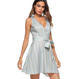 2019 tissu vintage à imprimé floral 2018 Été Nouvelles Femmes Deep V-Neck sans manches Street Style robe Mode Sexy robe Élégant bowknot rayures Robe moulante