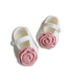 Zapatos de bebé hechos a mano de ganchillo de algodón online-2019 zapatos de bebé infantil de algodón de invierno hecho a mano crochet toddle regalo de los niños rosa con botón diseño de la banda niños desgaste