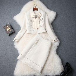 Ropa de ropa de tweed online-Ropa de invierno 2018 para mujeres europeas y americanas nuevo bowknot Abrigo de manga larga + Falda de moda Traje de tweed