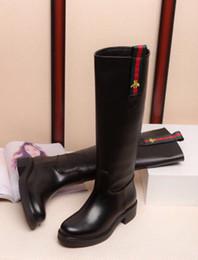 Rendas em relevo on-line-2019 Pequena abelha botas de couro em relevo V390 Mulheres Bota De Equitação Chuva BOTAS BONECOS SNEAKERS Sapatos De Salto Alto Lolita BOMBAS Vestido Sapatos