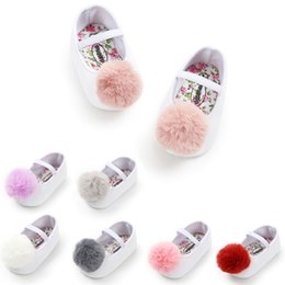 Toddler Bebek Kız Yumuşak Peluş Prenses Ayakkabı sevimli pom ayakkabı Bebek Prewalker kızlar için Yeni Doğan Bebek cheap baby girl princess shoes prewalker nereden bebek kızı prenses ayakkabıları ön izle tedarikçiler