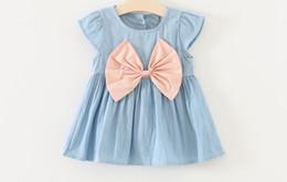 Jeans vestito carino online-Cute Baby Girl Summer Jeans Abiti Blue Denim Big bowtie Dress Bambini Abbigliamento back button Kids Dress senza maniche estate usura