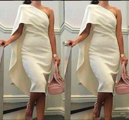 Um ombro chá comprimento vestidos on-line-2018 Curto Cocktail Vestidos de Um Ombro Bainha Prom Dresses Com Cape Tea Comprimento Partido Vestido Plus Size Formais Vestidos de Baile