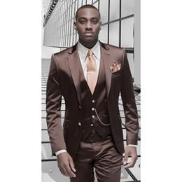 Smoking marrone formale online-Tuta da uomo in raso marrone Tuta da uomo personalizzata Tuxedo Custom 3 pezzi Blazer da uomo masculino Tute da uomo (giacca + pantaloni + gilet + cravatta)
