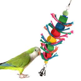 catena di uccelli di plastica Sconti Oscillazione colorati appesi Bird Cage Parrot legno giocattoli di masticazione cilindro corda Parrot Cockatie Ara Pet Supply dell'uccello Giocattoli