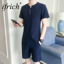 2019 blanco v cuello camiseta hombres Conjuntos de hombres Streetswear  Summer Camisetas + Shorts Casual Fashion 691f9a06621a3