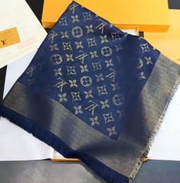 dessins d'écharpe à tricoter Promotion Célèbre marque conçoit le fil d'or de cachemire tricotant l'écharpe de luxe châle de triangle féminin 140 * 140cm couleur tissant le logo châle de mode