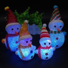 ha portato chiaro pupazzo di neve Sconti Simpatico pupazzo di neve a LED giocattolo Decorazione per feste natalizie Ornamento Mini flash Light Pupazzo di neve Giocattoli Natale Pupazzo di neve LED Bambole Regalo per bambini