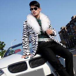 usar abrigo de leopardo Rebajas Al por mayor-2016 Moda Leopardo de los hombres de piel sintética Escudo de piel de la personalidad medio-largo Chal de piel chal Abrigo Masculino cantante rendimiento etapa de desgaste
