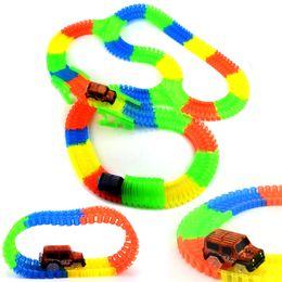Trilhos de plástico para carros de brinquedo on-line-Glowing Mágica Faixa De Plástico Play LED Light Up Magic Carro Eletrônico Juntos Brinquedo DIY Brilho Race Track Set Brinquedos Para Meninos Das Crianças