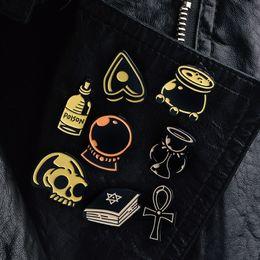 hexenkristalle Rabatt Dark Magic Witch Candle Kristallkugel Potion Skull Hexagram Buch Pins Broschen Rucksack Jeans Lederjacken Hüte Accessoires