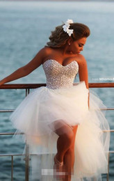 Mini vestido de novia sexy online-High Low Beach Vestidos de novia 2018 Modest Luxury Crystal Pearls Sweetheart Summer Holiday Seaside Vestido de novia nupcial corto