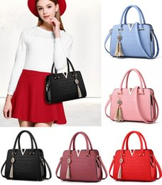 Wholesale Trends Casual Bag - Trend Woman Bag Fashion Designers 7 Styles Casual-Bag V Metal Tote Leather Bag Tassl Pendant Lady Crossbody Shoulder Bags Free DHL G159S