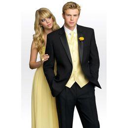 Smoking amarelo preto on-line-Novos ternos de casamento dos noivos smoking preto para homens com Yellow Vest Notched Lapel Mens Suit 2017 Groom Homens ternos de casamento