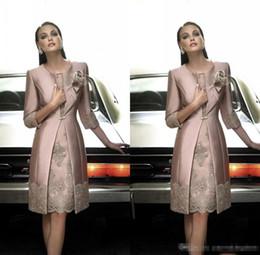 Abrigos largos de noche online-Elegantes vestidos de madre de la novia 2018 con abrigo largo Joya 3/4 Vestido formal de manga larga con apliques de encaje Hasta la rodilla Vestidos de noche