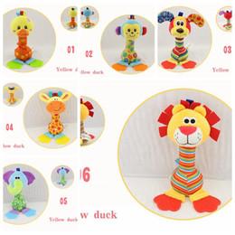 Cochecitos de muñecas online-Bebé niños juguetes de peluche colgando de la cama cuna cochecito animal encantador apaciguar muñecas sonajeros agarrando juguete