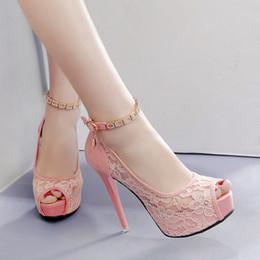 Le scarpe in pizzo bianco appoggiano il piede online-Scarpe da sposa in pizzo bianco rosa dolce 2018 Décolleté con plateau sexy da donna con cinturino alla caviglia Taglia 34 a 39