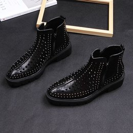 Botas negras coreanas online-2019 Hombres British Casual High Leather remache botas cortas Korean Trend Martin High Heels hombre grueso Black Stage Party botas