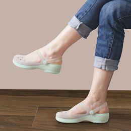 Verano Mujeres Mules Zuecos Verano Playa Zapatillas Transpirables Sandalias  de Mujer Zapatos de Gelatina Lindo Discolor Zapatos de Jardín Obstrucción  Para ... a615add4dff1