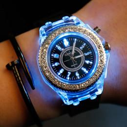Orologio da polso giocattolo online-Il diamante luminoso ha condotto le luci variopinte degli orologi degli studenti delle vigilanze delle vigilanze delle signore delle donne della vigilanza del silicone LED del silicone delle luci Accende i giocattoli