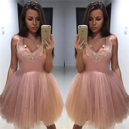 Barato rosa puffy vestidos de baile online-Apliques con cuello en V Dusty Pink Homecoming Vestidos Barato Puffy Tulle Short Homecoming Dress Vestidos cortos de fiesta simples abiti da cerimonia da sera
