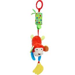 Auto delle scimmie online-Peluche Top sonagli per bambini 35 cm 6 stile morbido peluche Insegnante di suono Insetto carino Scimmia Leone Gufo Giocattolo Anello per auto Campana Culla Infantile Bambola