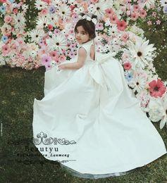 2019 neue Blumenmädchen Kleider elegante Satin Perlen Open Back Baby Mädchen Geburtstag Party Wear Sweep Zug weiß billig erste Kommunion Kleid von Fabrikanten