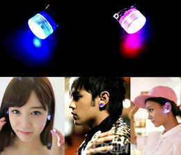 1 Çift Charm LED Küpe Light Up Parlayan Kulak Damlası Kulak Damızlık Küpe Takı Hiçbir Delik Kulak Erkekler kadınlar Için nereden işık kulak saplamaları tedarikçiler