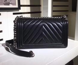 Diseñador de moda 25 CM Negro de piel de cordero V acolchado Boy Flap Bag 67086 Chevron Boy Cadena bandolera Mujer Marca Bolsos Hardware de plata desde fabricantes