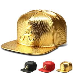Novo Estilo de Couro Do Falso Um Logotipo Bonés de Beisebol Diamante de  Ouro de Crocodilo De Grãos Snapback DJ Hip Hop Chapéus Das Mulheres Dos  Homens ... 9a73d4a27ad