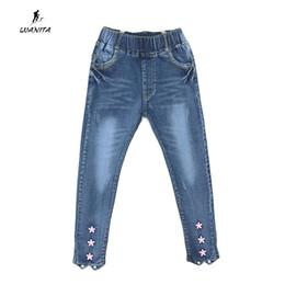 2017 Novo Design Crianças Meninas Bonito Denim Jeans Para Meninas Flor Fundo Projeto Jeans Elástico Na Cintura Calças Crianças Calças Idade 3-12Yrs de