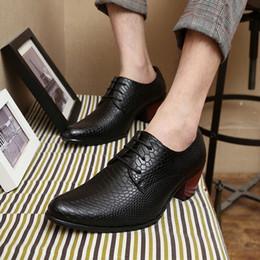 2018 nova Chegada Moda Inglaterra Preto Vermelho de Couro de Ouro Sapatos Casuais dos homens Apontou 3-5 cm Saltos Gatinho Sapatos de Casamento Para homens de Fornecedores de marfim casamento sequin sapatos