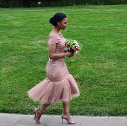 Off chá vestidos de casamento de comprimento on-line-Africano Empoeirado Rosa Sereia Vestidos de Dama de Honra 2018 Fora Do Ombro Chá Comprimento Curto Empregada Doméstica De Honra Vestidos de Festa de Casamento Convidado Desgaste BA9508