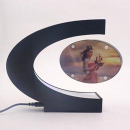 luzes led da moldura da foto Desconto C Forma Levitação Magnética Eletrônico Flutuante Photo Frame com Luzes LED Novidade Presente Casa Decoração Fotos Quadros 2017
