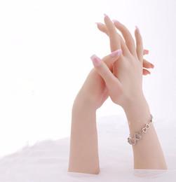 Deutschland Kostenloser Versand!! Realistische weibliche weiche flexible Mannequin-Hand der hohen Ebene für Ring-Armband und Handschuh-Anzeige cheap silicon rings Versorgung