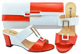 Nuove scarpe italiane di colore bianco + arancio con borse da abbinare per  le scarpe e le borse africane da party per la festa di nozze Set di borse e  borse ... 6d1838bb8f0