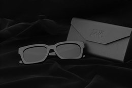 c570fd8706aa1 RRC New Polarized Óculos De Sol Dos Homens   Mulheres Retro Rebite de Alta  Qualidade Lente Polaroid Design Da Marca quadrado Óculos de Sol Feminino  Oculos ...