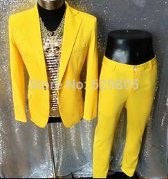 Traje amarillo claro online-Nuevo juego de bailaor de cantante masculino de moda amarillo set traje de DJ funcionador de traje de funcionador de escenario masculino Hornet DS light