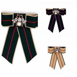 Accesorios de ropa vintage online-Nueva Vintage Rhinestone Bow Stripe Broches encantadores pasadores de abeja con accesorios de perlas para la ropa Broches de lujo para mujer joyería regalo de Navidad