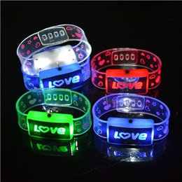 15PCS LED Lampeggiante Braccialetto Love Happy Light-Up Lampeggiante Wristband Glow Bangle KTV Concert Party Regalo di Natale Light Up Toys da