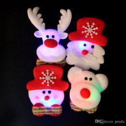 Broches velhos on-line-Led Xmas Emblema Brinquedos Flash Luminosa Broche De Casamento Urso Elk Papai Noel de Natal Feriado Velho Decorações Shinning Iluminação Acessórios