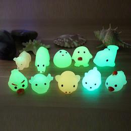 2019 brillan los juguetes oscuros para los niños 40 UNIDS Glow In The Dark Lindo Squishy Cat Squeeze Healing Fun Kids Kawaii Glowing Toy Stress Mochi Antiestrés Bola Reliever Decoración rebajas brillan los juguetes oscuros para los niños
