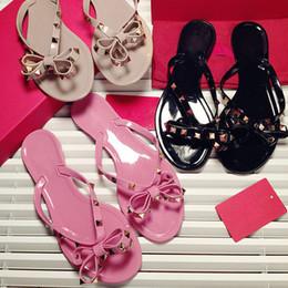 Gelatina al por mayor online-Las mujeres al por mayor del verano Flats beach sandals Jelly BOW Zapatos casuales para niña chanclas remaches zapatillas con caja