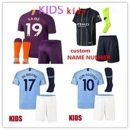 Kun aguero niños camiseta online-Manchester City Soccer camiseta infantil kit 2018/19 hogar lejos KUN AGUERO BOYS Bernardo DE BRUYNE STERLING camiseta para niños Kit completo para niños con calcetines