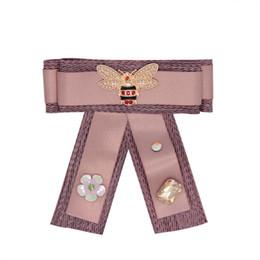 Canada 2018 nouvelle mode abeille vêtements broches fleur strass décoration noeud papillon épingles tissu broche 4 couleurs en gros supplier wholesale bee decorations Offre